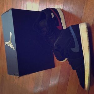 I am selling Air Jordan's 1 MID (GS) size 6.5 Y
